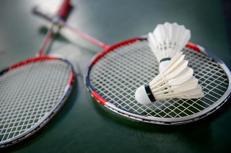 memilih raket badminton
