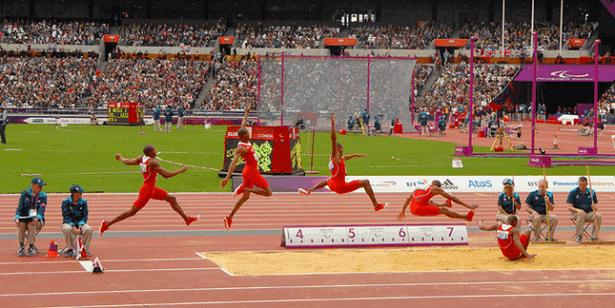 Seperti kita ketahui, lompat jauh termasuk salah satu dari cabang olahraga atletik yang juga sering di pertandingkan baik tingkat daerah, nasional dan juga internasional. Seperti pada ajang SEA Games dan juga olimpiade. Meski sebenarnya olahraga ini kurang populer atau kurang diminati oleh masyarakat, tetapi juga memiliki prestasi dalam setiap ajang yang diikuti dengan mampu memperoleh beberapa medali yang banyak di nantikan oleh masyarakat Indonesia. Lompat jauh juga memiliki bentuk gerakan melompat dengan mengangkat kedua kaki ke depan atau dalam upaya membawa titik berat badan dengan selama mungkin melayang di udara yang dilakukan dengan cepat mellaui tolakan satu kaki untuk mencapi lompat yang sejauh-jauhnya atau semaksimal mungkin. Lompat jauh juga dilakukan dengan tujuan mencapai jarak lompatan yang sejauh-jauhnya dengan menggunakan tumpuan pada salah satu kaki yang paling kuat untuk mencapai jarak lompatan yang sejauh-jauhnya atau semaksimal mungkin. Agarbisa melakukan lompat jauh dengan baik, anda juga perlu untuk memiliki kekuatanm kecepatan dan juga pengusaan teknik lompatan yang baik. Beberapa Peraturan Dalam Lompat Jauh Yang Harus Diketahui Ada beberapa peraturan yang harus dipenuhi dalam penyelenggaraan lompat jauh yang harus di perhatikan, seperti berikut yang tercantum berikut ini. 1. Lintasan walan lompat jauh memiliki lebar minimal 1.22 m dan panjang minimal 45 m. 2. Panjang papan tolakan 1,22 m, lebar 20 cm dan memiliki ketebalan 5 cm. 3. Pada sisi dekat dengan tempat menolak juga harus diletakan papan plastisin untuk mengetahui apabila ada kaki penolak yang melakukan kesalahan. Papan tolakan harus berwarna putih dan posisi datar dengan tanah dan minimal ditanam sejaih 1 meter dari tepi depan bak pasir yang digunakan untuk pendaratan. 4. Lebara tempat pendaratan memiliki ukuran minimal 2,75 m dan memiliki panjang minimal 10 m. 5. Permukaan pasir di dalam tempat pendaratan harus datar dengan sisi atas papan tolakan. 6. Apabila peserta lomba lebih da